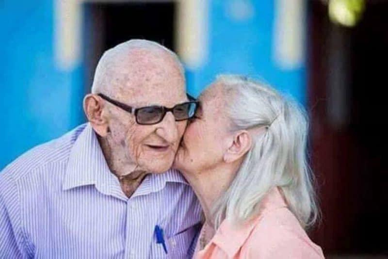 tình yêu tuổi già 4 1024x683 - Bộ ảnh về tình yêu tuổi già cực kỳ đẹp và dễ thương